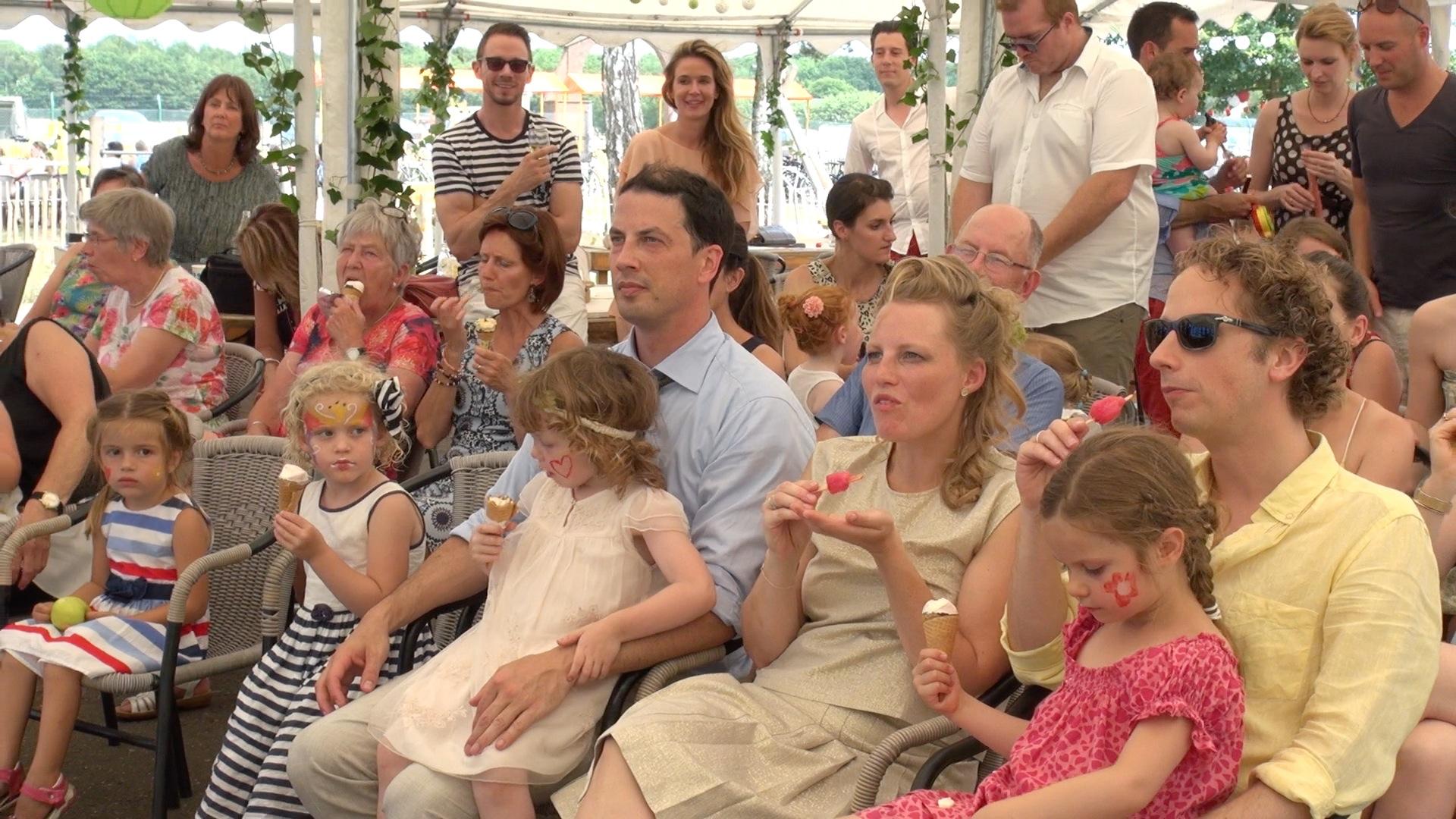 Kinderen filmen op Belgische bruiloft